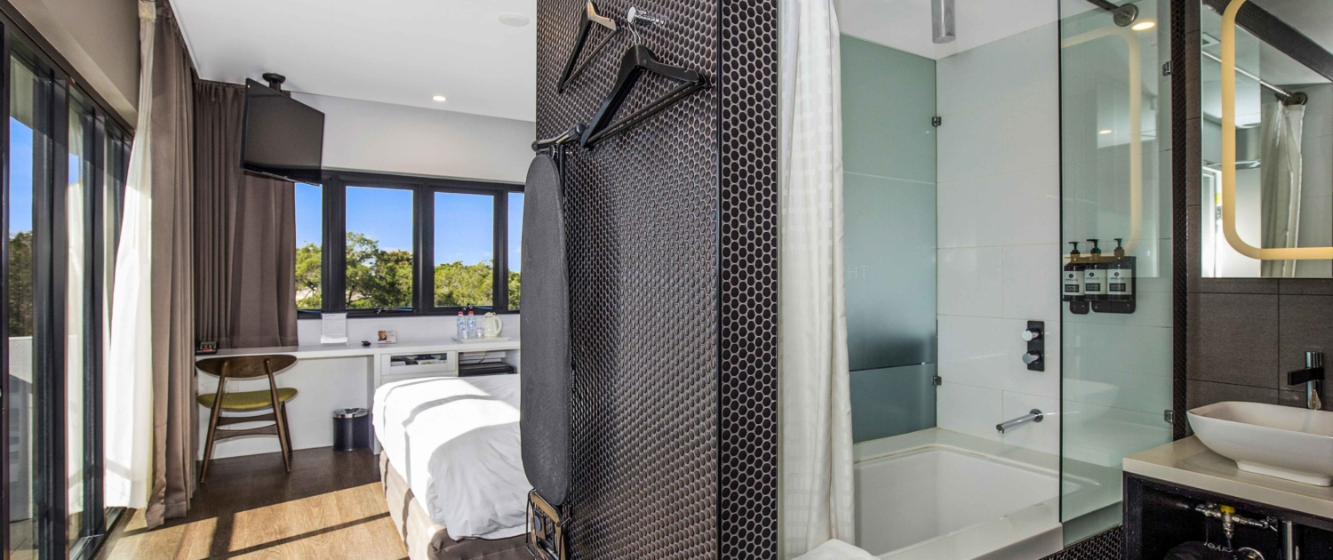 The-Kingsford-Brisbane-Airport-Hotel-Corner-Suites-with-Balcony